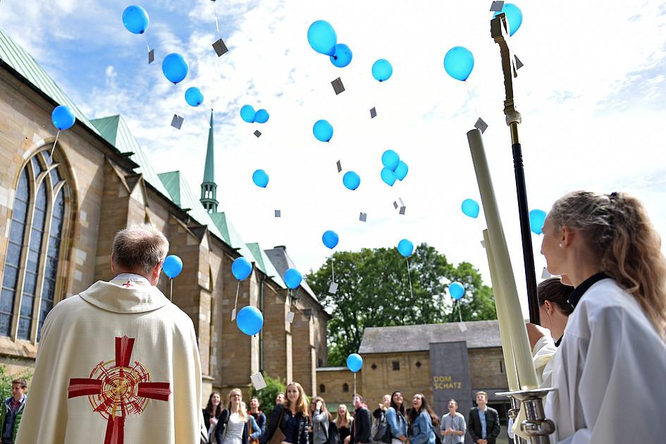 Luftballons mit zukunfts ideen zum domjubil um for Luftballons duisburg