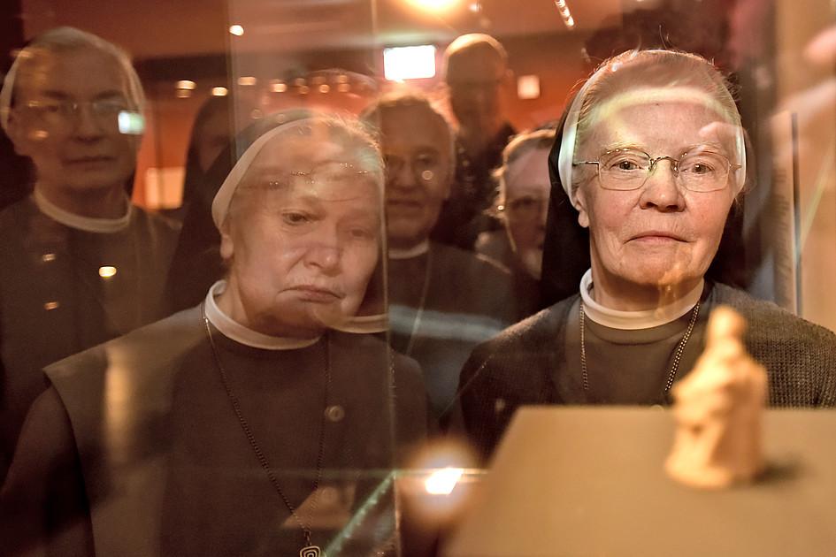 Elisabeth-Schwestern besuchen ihre Elfenbeinmadonna