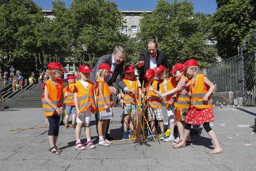 Kinder verwandeln Essener Burgplatz in riesigen Spielplatz
